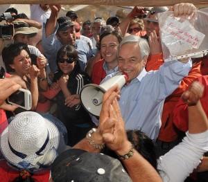 Presiden Cile memegang surat dari penambang yang terjebak