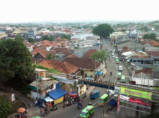Empang Street, the descending road to the banks of Cisadene river
