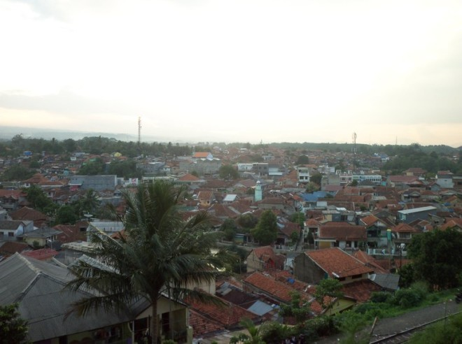 Bogor twilight (2) - see how compact and tight the residence are, if you check the roofs mostly are old houses