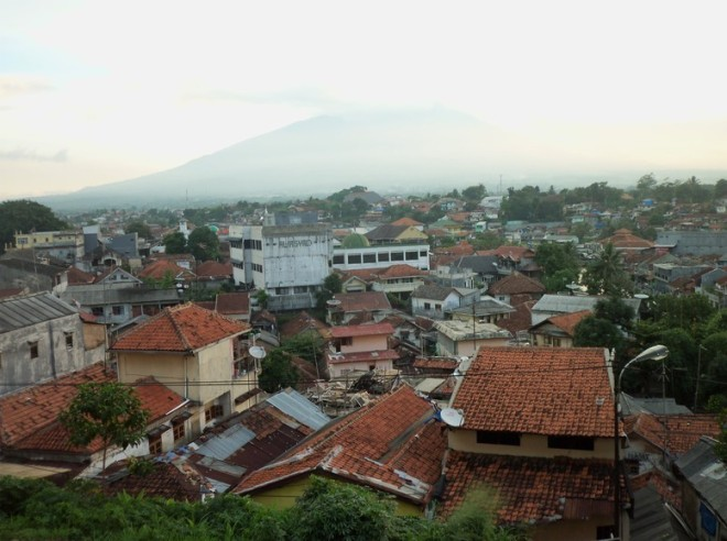 Moments later the cloud spawn a disappearing view of Salak mountain