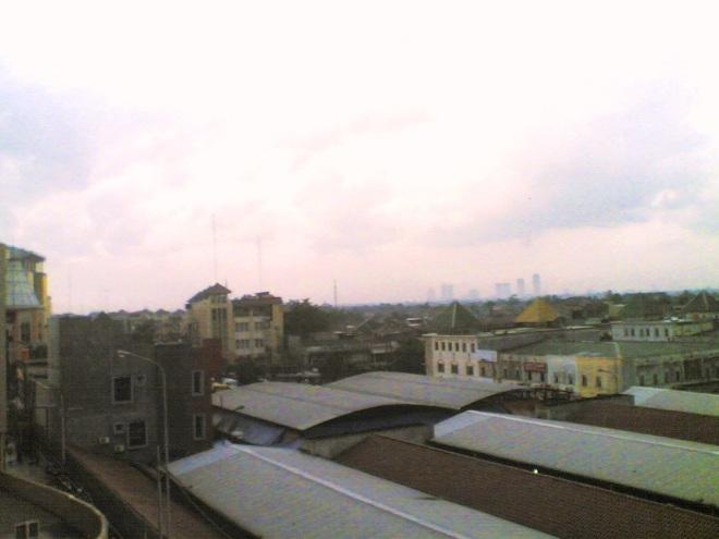 Ciledug dari atas, terlihat pemukiman yang padat dan gedung2 tinggi Jakarta di kejauhan