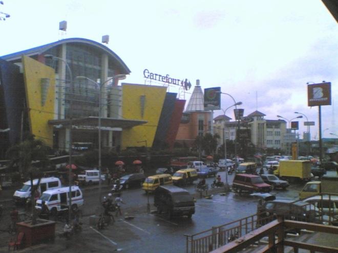 'CBD' Ciledug..banyak pusat perbelanjaan modern di sekitar sini berdampingan dengan pasar