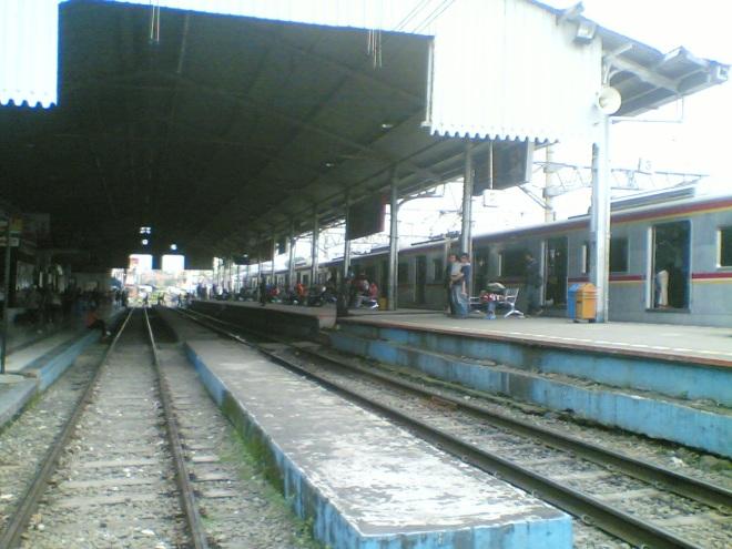 Stasiun Bogor, KRL menunggu jadwal keberangkatan