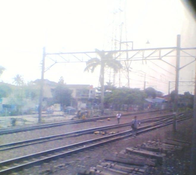 Pemandangan cabang rel KA menjelang masuk Stasiun Depok, rel2 di sebelah kiri adalah yang khusus menuju Dipo KRL Depok.