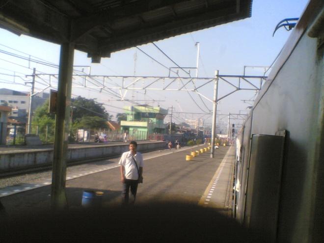 Kereta bersiap untuk berangkat dari Stasiun Duri... terlihat kerumunan pedagang nun jauh di ujung kereta