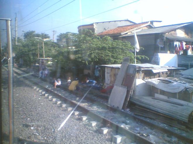 Suasana pinggiran rel KA Jakarta - Tangerang