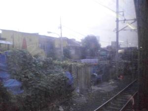 Pemandangan kumuh selepas Stasiun Tanah Abang