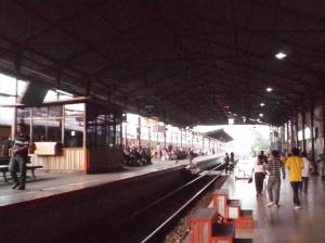 Stasiun Jatinegara menghadap ke arah Timur (Bekasi, Cikampek)