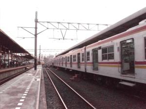 Kereta tiba di Stasiun Jatinegara