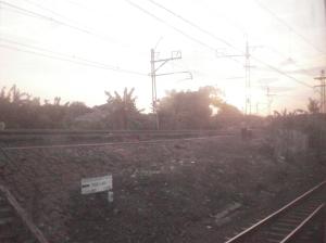 Titik perpisahan jalur rel arah Manggarai - Kota (kiri) dan rel arah Senen - Kampung Bandan
