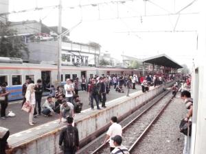 Kerumunan penumpang di Stasiun Duri, terlihat KRL arah Tangerang di sisi kiri