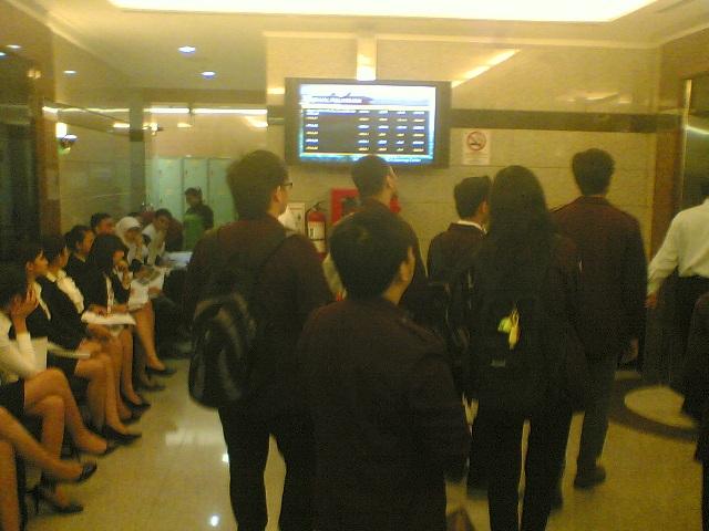 Di ruang tunggu dekat lift