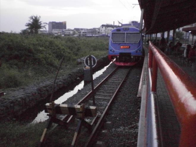 Kereta yang melayani jalur pendek Kampung Bandan - Tanah Abang - Manggarai, terlihat ujung rel dipalang