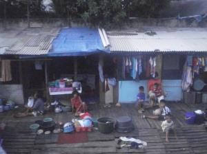 Gambaran wajah pemukiman kumuh di pinggiran rel sekitar Kampung Bandan
