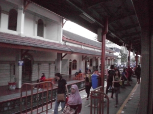 Penumpang naik dan turun KRL di Stasiun Kemayoran