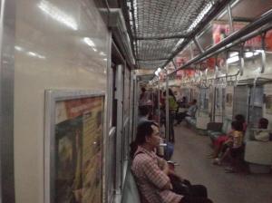 Penupmang KRL selepas Stasiun Senen
