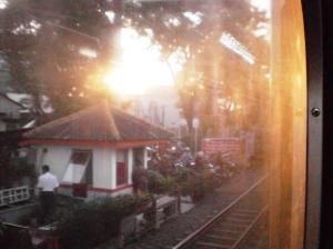 Perlintasan sebidang tepat di Stasiun Kramat. Terlihat matahari senja