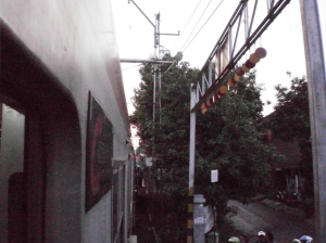 Stasiun Kramat, lokasi tempat duduknya sangat mepet dengan tembok dan jalan kecil di pinggir