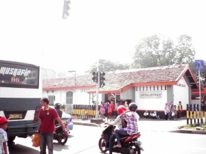 Mo menyeberang jalan ke Stasiun Palmerah, dari arah gang kecil Pasar Palmerah