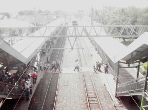 Stasiun Serpong difoto dari atas gedung stasiun