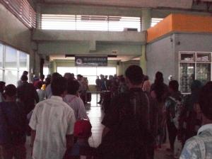 Antrian mo keluar dari Stasiun Serpong sekaligus pemeriksaan tiket