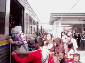 Stasiun Kebayoran 2 - Penumpang naik ke KRL, smntr saya nunggu dulu di luar buat ngambil foto. Kebayang kan kalo ngambil fotonya di pintu ato di dalam kereta :)
