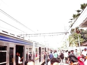 Penumpang naik turun Stasiun Sudimara