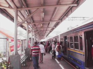 Penumpang naik turun KRL di Stasiun Rawa Buntu