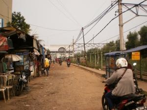 Jalan berbatu menuju Stasiun KA Serpong