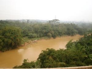Sungai Cisadane terlihat dari jembatan rel KA Serpong - Maja, airnya terlihat keruh mungkin akibat hujan atau sedimen tanah pembangunan kawasan BSD 2