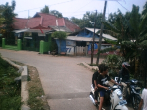 Jalan Pedesaan beberapa ratus meter selepas Stasiun Cicayur