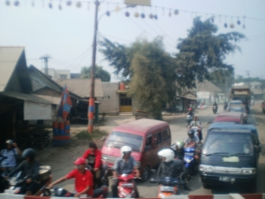 Agak terkejut juga akhirnya bisa melihat perlintasan sebidang yang cukup ramai di KA ini. Mungkin jalan ini yang menghubungkan Parung Panjang ke Karawaci / Tangerang