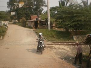 Jalan desa selepas Stasiun Tiga Raksa