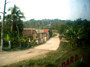 Suasana kampung selepas Stasiun Tiga Raksa menuju Maja