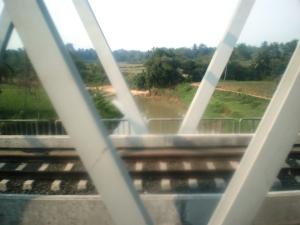 Foto jembatan sebuah sungai kecil, selepas Stasiun Tiga Raksa