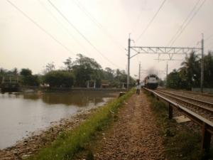 Telaga di ujung Stasiun Maja, KA dari Merak tepat akan melintas masuk Stasiun