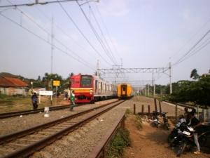 KRL yang sedang menunggu jadwal kembali ke Jakarta, 'didampingi' KA Rangkas Jaya tujuan Rangkasbitung - Merak yang baru tiba dari arah Jakarta