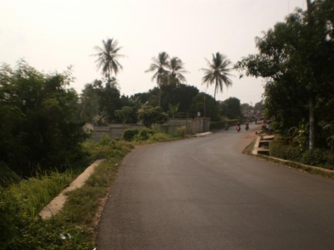 Jalan beraspal mulus yang membelah Kampung Maja