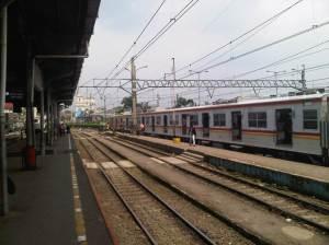 Stasiun Bogor ke arah Selatan, terlihat Plaza Taman Topi yang 'dibelah' rel KA