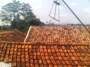 Dari sisi Timur kereta, terlihat atap2 perumahan yang mana lokasinya terletak di sisi kanan bawah bantara n rel KA