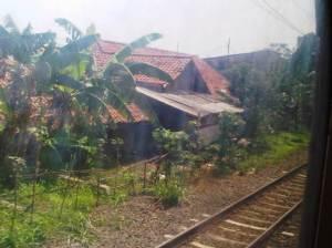 Rumah pedesaan di sisi kiri rel