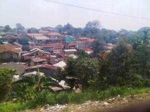 terlihat perkampungan di sisi Timur rel KA, di situ ada mengalir sungai yang akan menuju ke arah sebelah kiri kanan  jalan raya kecil Cilebut/ Citayam / Bojong Gede. Kalau sore dan malam hari KRL suka berhenti di sekitar sini menunggu antrian masuk stasiun Bogor