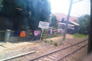 suasana pinggiran rel KA Kota Bogor