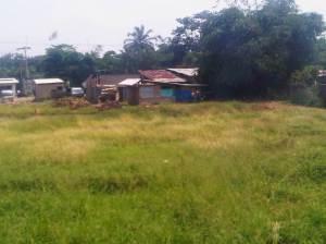 Tanah lapang di sisi kiri rel, lokasi ini sudah cukup dekat dengan Stasiun Cilebut