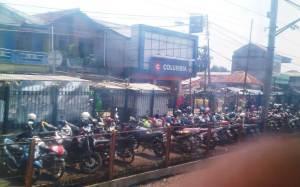 Parkiran motor Stasiun Bojong Gede - dulu lokasi ini dipenuhi lapak dan bangunan permanen pedagang, kini sudah digusur