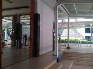 Pintu masuk Stasiun dari atas Jl. MT Haryono