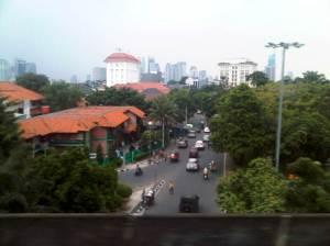 Pemandangan jalan arteri di bawah rel melayang selepas stasiun Cikini (sisi Barat)