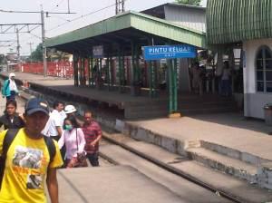 Stasiun Cilebut ke Selatan - terlihat pintu gerbang masuk yang baru dibangun, sudah sangat nyaman dibandingkan masuk dari gedung tua di foto yang atas