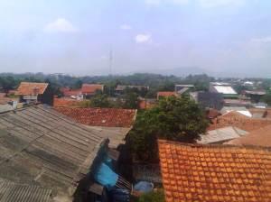 Pemandangan rumah penduduk yang padat di sekitar Stasiun Cilebut