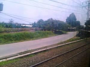 Jalan kabupaten yang lumayan bagus menghubungkan  Bogor - Cilebut - Bojong Gede hingga terus ke Depok. Terlihat sungai di sebelah kiri yang adalah sungai yang mengalir dari Jembatan Merah Bogor dan lembahnya ada pada foto di bagian Stasiun Bogor sebelumnya